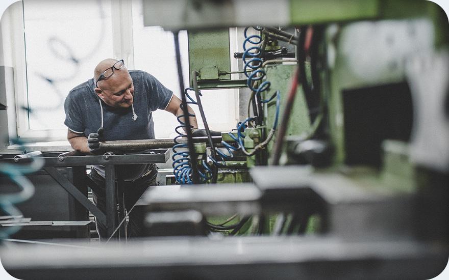 Mężczyzna pracujący przy maszynie